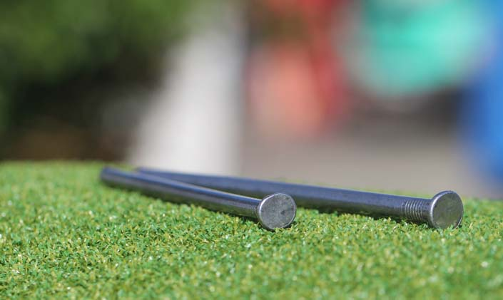 installation-nails-artificial-turf-stakes-2